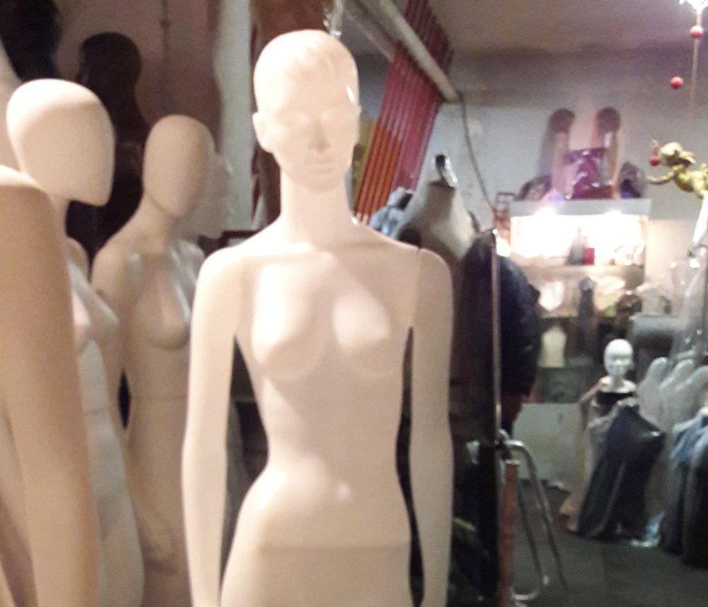 manichino donna in plastica bianco
