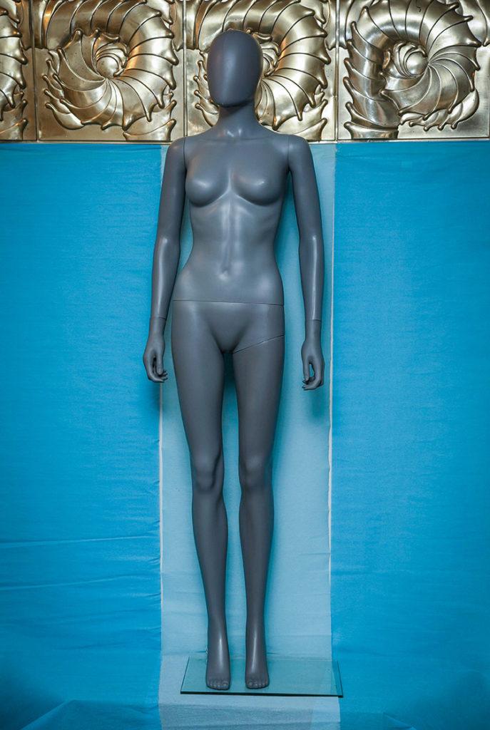 manichino femminile snodabile in plastica grigio